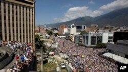 2019年2月2日在加拉加斯,反政府抗议者参加了要求委内瑞拉总统尼古拉斯·马杜罗辞职的示威游行。
