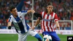 (ARCHIVES) le joueur Filipe Luis (droite) de l'Atletico. (AP Photo/Andres Kudacki)