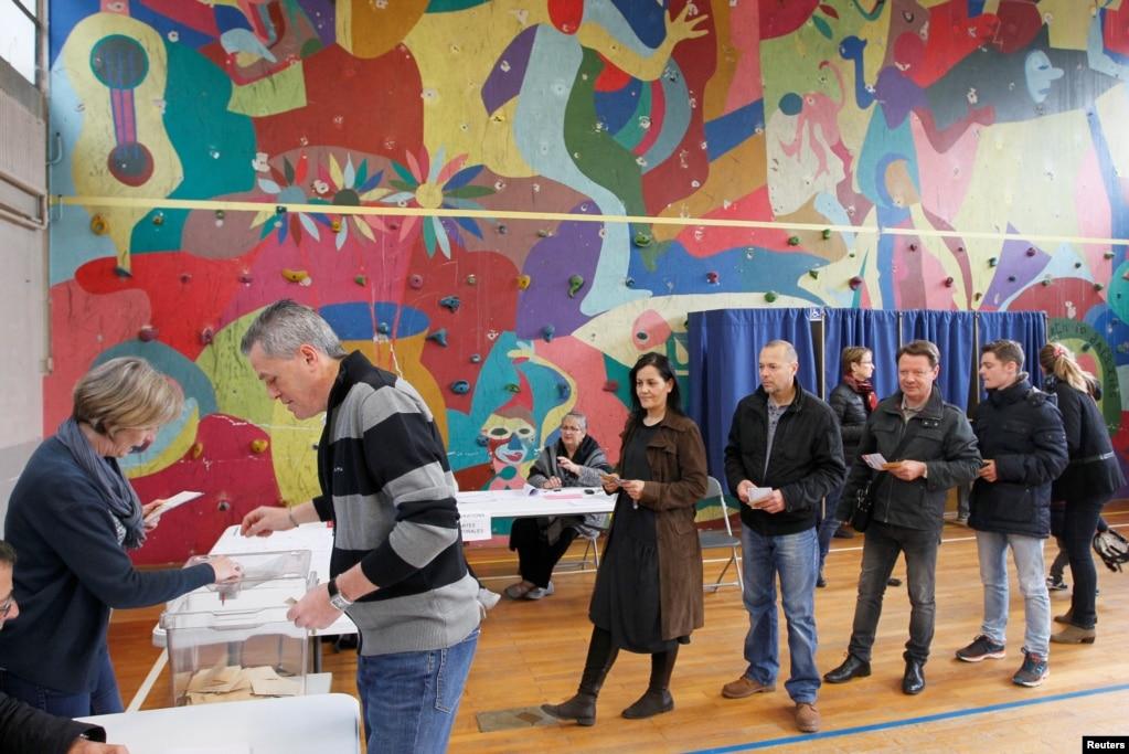 2017年5月7日,法國布龍一個投票站外選民排隊參加第二輪大選投票,選總統