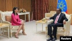 Ambasaderi w'Amerika muri ONU Nikki Haley mu mubonano n'umushikiranganji wa mbere wa Etiyopiya Hailemariam Desalegn i Addis Abeba