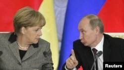 Presiden Rusia Vladimir Putin (kanan) dan Kanselir Jerman Angela Merkel dalam konferensi pers bersama di Moskow (16/11). Putin menolak kritik Jerman atas catatan HAM Rusia di awal kunjungan Kanselir Merkel untuk menghadiri dialog St.Petersburg, pertemuan bilateral tahunan Jerman-Rusia.