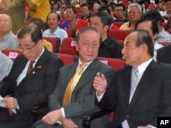 国民党秘书长廖了以(左)与立法院长王金平(右)出席新党党庆,与郁慕明(中)坐在一起