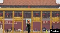 中共十九大召开前夕,一名中国武警士兵在北京天安门前站岗。(2017年10月17日)