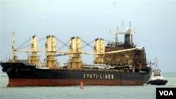 Kapal MV Pasific Express yang diduga dibakar oleh pembajak Somalia (21/09) diderek oleh petugas Kenya ke Mombasa (foto: dok).