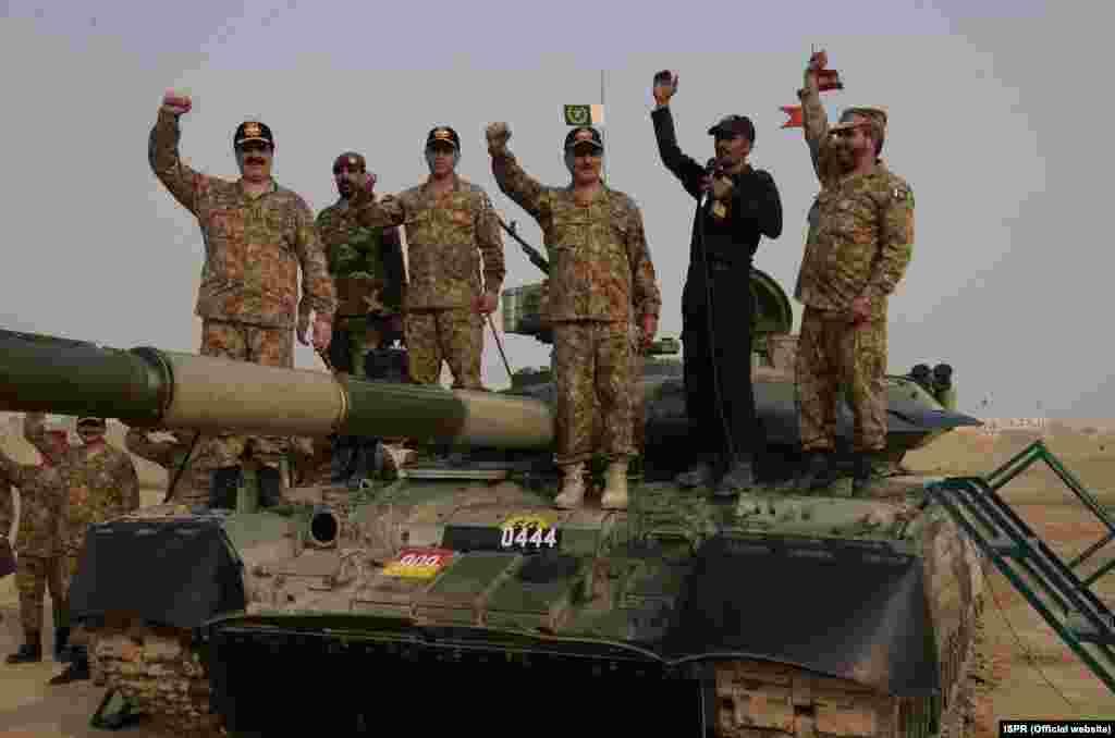 پاکستان کی فوج نے بھارت سے ملحق اپنی سرحد کے قریب بڑے پیمانے پر زمینی اور فضائی مشقیں کی ہیں۔