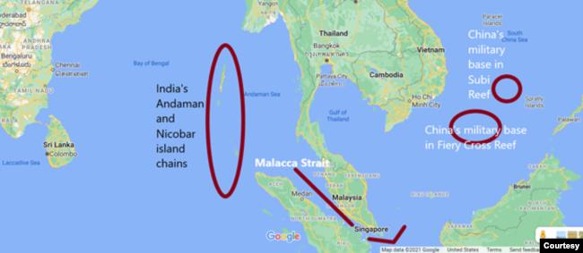 Eo biển Malacca là một điểm yết hầu kết nối Ấn Độ Dương và Biển Đông. Căn cứ quân sự của Ấn Độ nằm trên chuỗi đảo Andaman và Nicobar ở cửa phía đông của eo biển. Ở cửa phía Tây, trên Biển Đông, Trung Quốc đã xây các căn cứ quân sự khổng lồ trên các đảo nhân tạo ở đá Xu Bi và đá Chữ Thập. Ảnh Google Map, chú thích và minh hoa của tác giả.