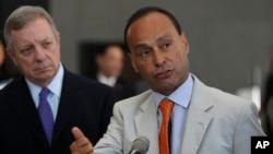 Los demócratas, como el congresista Luis Gutiérrez, buscan presionar a los republicanos para que aprueben una reforma de lo contrario Barack Obama aplicará una orden ejecutiva.