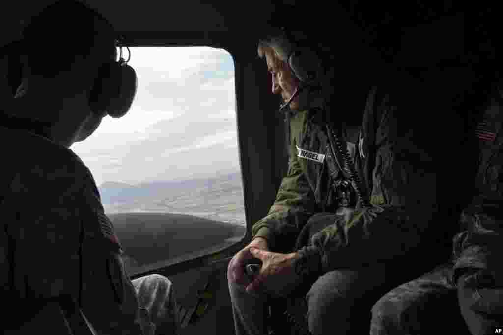 척 헤이글 미국 국방장관(오른쪽)이 30일 비무장지대를 방문한 후 헬리콥터를 타고 서울로 돌아오고 있다.