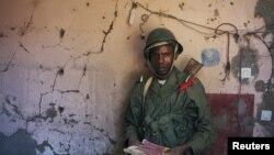 Wani sojan Mali kennan, rike da takardu masu dauke da ramummukan harsashi. Junairu 21, 2013.
