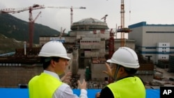 時任英國財相的奧斯本(左)參觀中國建設中的廣東台山核電站。(2013年10月17日)