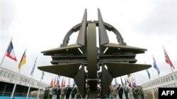 Перед штаб-квартирою НАТО в Брюсселі