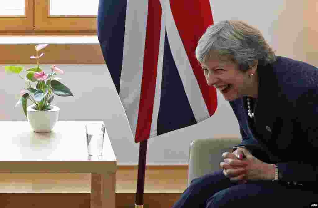 خنده از «ترزا می»، نخست وزیر انگلیس در حاشیه دیدار با نخست وزیر ایرلند. از این خنده که بگذریم، انگلیس و ایرلند بر سر جدایی از اروپا شدیدا اختلاف نظر دارند.