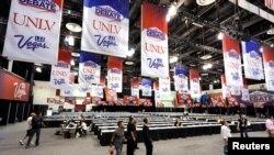 19일 밤 마지막 대선 토론이 열리는 라스베거스 네바다 대학교 현장에서 준비작업이 진행중인 모습.