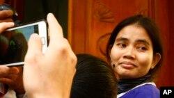Yorm Bopha (kanan), memasuki pengadilan Mahkamah Agung di Phnom Penh, Kamboja (22/11).