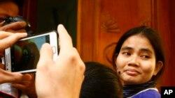 Bà Yorm Bopha, tại Tối cao Pháp viện ở Phnom Penh, Campuchia, 22/11/13