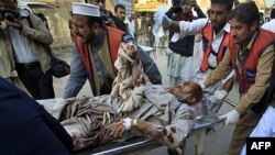 Nhân viên y tế đưa người bị thương ra khỏi hiện trường vụ nổ bom ở khu vực Mohmand trong vùng tây bắc
