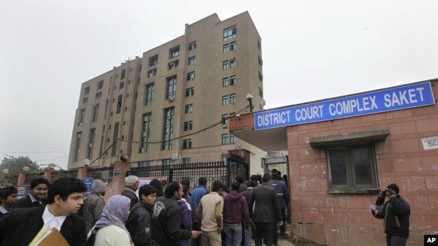 Người dân đứng xếp hàng bên ngoài khu Tòa án Quận.