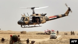 数千名伊拉克士兵在美军指导下在首都巴格达的一个军事营地参加训练 (2015年5月27日)