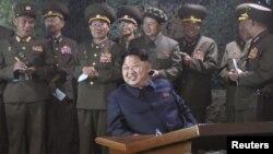 Lãnh tụ Bắc Triều Tiên Kim Jong Un thị sát một cuộc tập trận hải quân trong hình ảnh không ghi ngày tháng do thống tấn xã Bắc Triều Tiên phát hành tháng 6/2015.