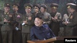 ຜູ້ນຳເກົາຫລີເໜືອ ທ່ານ Kim Jong Un ເບິ່ງທະຫານເຮືອ ຊ້ອມລົບຍິງ ໃນຍາມກາງຄືນ.