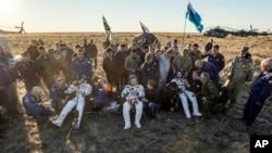 Esta foto proporcionada por NASA muestra al astronauta estadounidense Jeff Williams (izquierda), y los cosmonautas rusos Alexey Ovchinin (centro) y Oleg Skripochka (derecha) poco después de aterrizar en Kazajstán, el miércoles, 7 de septiembre de 2016.