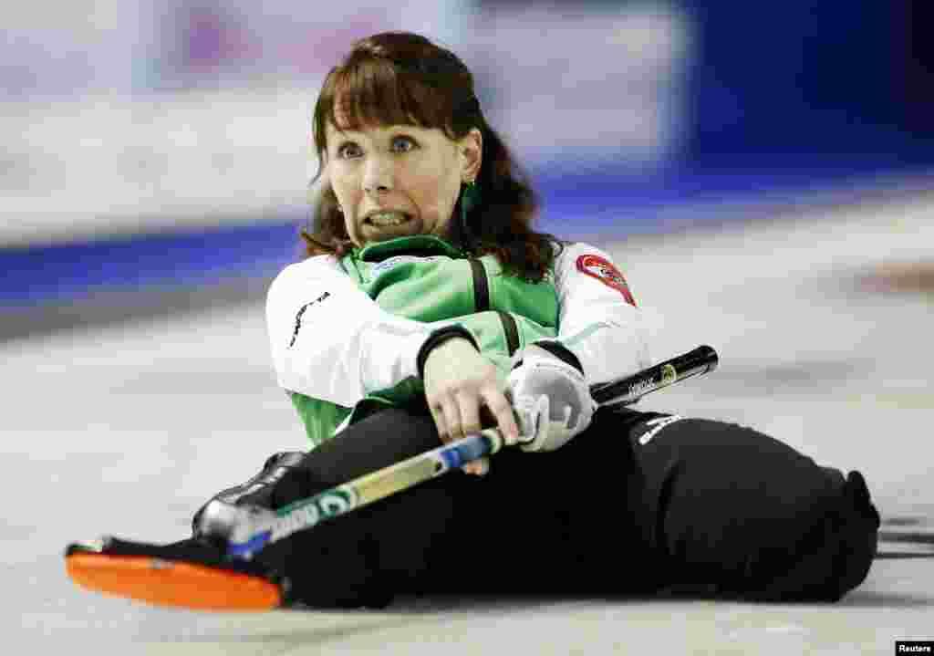 在加拿大金斯顿举行的斯科蒂斯爱心冰壶锦标赛(Scotties Tournament of Hearts )上,萨斯喀彻温队的队长吉尔·舒梅(Jill Shumay)发出最后一击,打败了加拿大队。