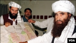 Jalaluddin Haqqani (kanan) pemimpin jaringan Haqqani di Pakistan-Afghanistan yang sering melakukan serangan-serangan bunuh diri (foto: dok).