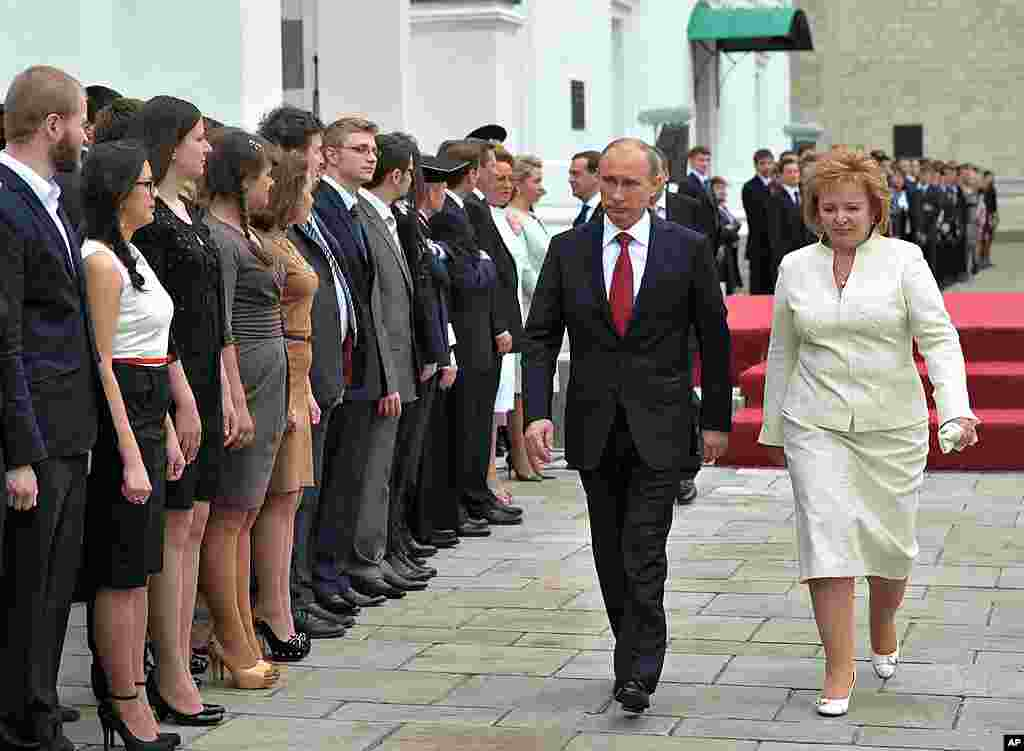 ປະທານາທິບໍດີ Vladimir Putin ກັບພັນລະຍາ ທ່ານນາງ Lyudmila ທີ່ຈະຕຸລັດ Cathedral Square ຫລັງຈາກພິທີສາບານໂຕ. (AP)