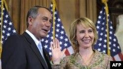 Dân biểu Gabrielle Gifford (phải) và Chủ tịch Hạ viện Hoa Kỳ John Boehner