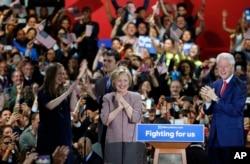 ຜູ້ສະໝັກປະທານາທິບໍດີຂອງພັກເດໂມແຄຣັດ ທ່ານນາງ Hillary Clinton (ກາງ) ພວມສະເຫລີມສະຫລອງ ໄຊຊະນະ ຮ່ວມກັບຄອບຄົວ ແລະພວກສະໜັບສະໜຸນທ່ານນາງ
