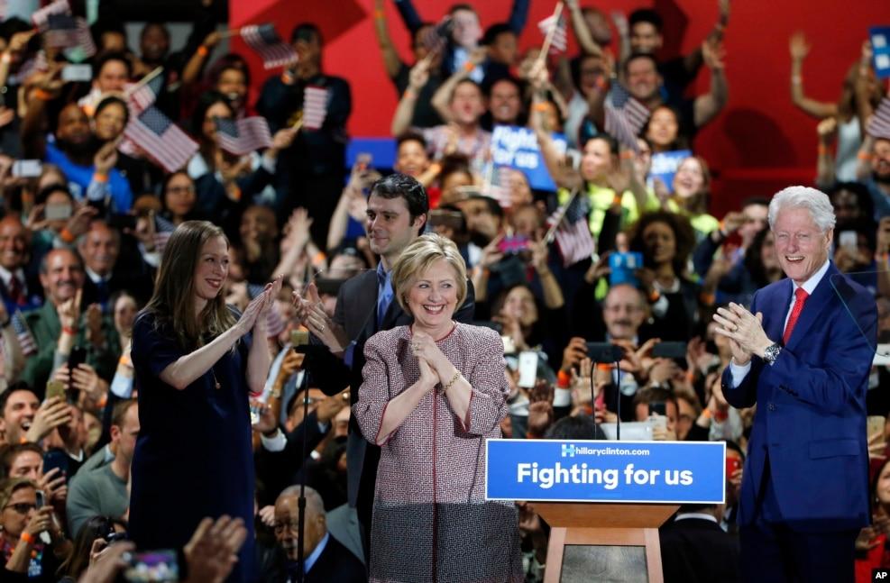 2016年4月19日,希拉里·克林顿及其丈夫比尔·克林顿,女儿切尔西·克林顿在她赢得纽约州初选的庆祝晚会上