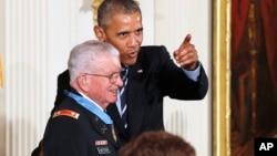 Президент США Барак Обама вручил награду Чарльзу Кеттлсу. Вашингтон. 18 июля 2016 г.