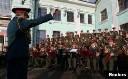 """2016年4月20日,亚历山德罗夫红旗歌舞团,也就是""""红军合唱队""""在演唱。"""