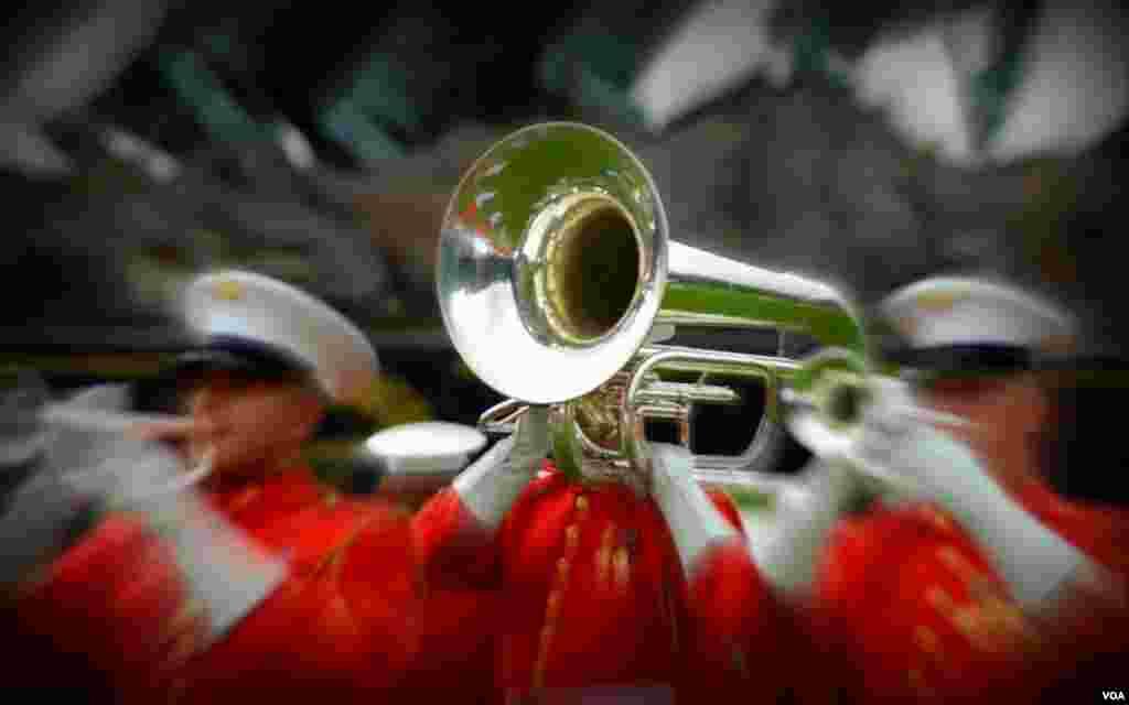 Оркестр исполняет попурри