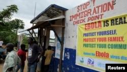 利比里亚军人在埃博拉检查站阻挡行人