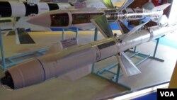 2013年8月莫斯科国际航展上展出的乌克兰空对空导弹模型。中国从俄罗斯购买的苏式战机上的空对空导弹许多都从乌克兰购买。(美国之音白桦拍摄)