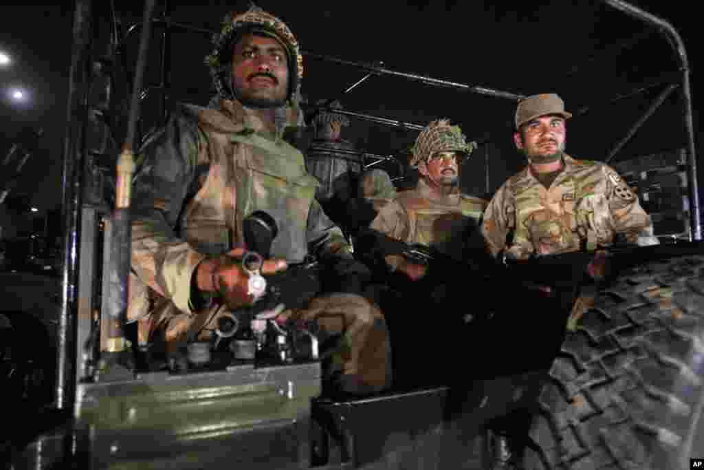 Army troops arrive at Karachi airport following an attack, June 8, 2014.