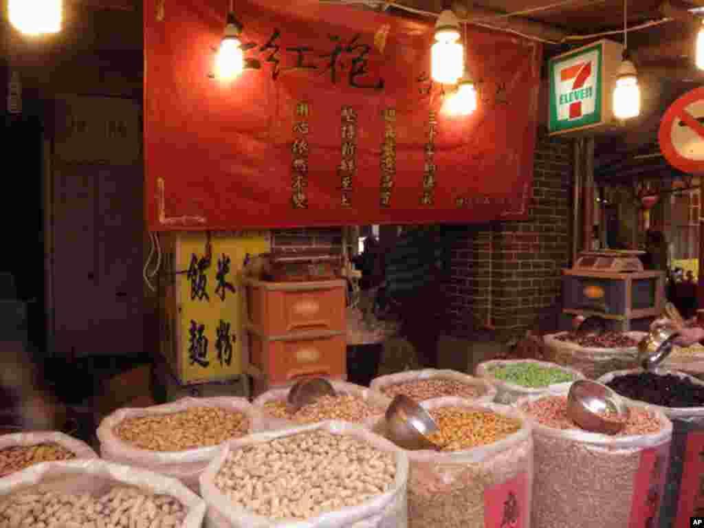 台北市著名老街迪化街在春节前变成了年货大街
