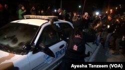 Người biểu tình tấn công và lật một chiếc xe cảnh sát bên ngoài Tòa Đô chính Ferguson, 25/11/14