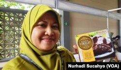 Surini dan salah satu produk Griya Cokelat.