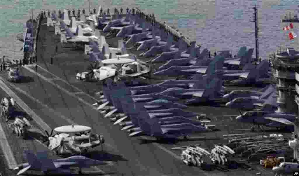 미국의 핵 추진 항공모함 '니미츠호'가 미-한 연합훈련 참가를 위해 지난 11일 부산 기지에 도착했다.