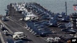 Awak kapal berdiri di dek kapal induk berkekuatan nuklir USS Nimitz di Busan, selatan Seoul (11/5). Korea Selatan-AS memuai latihan militer bersama mereka hari ini (13/5)..