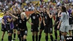 Ðội Mỹ ăn mừng chiến thắng sau khi hạ Brazil trong trận tứ kết tại Dresden, Đức, ngày 10/7/2011