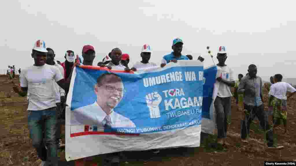 Des militants à Kigali, Rwanda, le 2 août 2017. (VOA/Charly Kasereka)