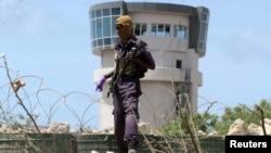 一名警察守卫在摩加迪沙机场的控制塔(2016年7月26日)
