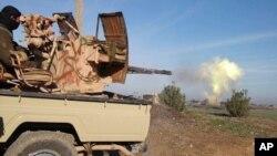 Боевик «Исламского государства» ведет огонь из орудия (архивное фото)
