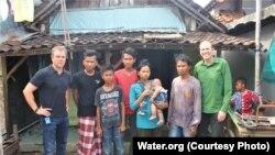 Matt Damon bersama warga Desa Denasri Kulon, Batang, Jawa Tengah.