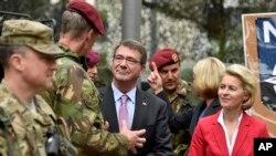El secretario de Defensa de EE.UU., Ash Carter, centro, y la ministra de Defensa alemana, Ursula von der Leyen , derecha, visitan a soldados de la fueza de respuesta de la OTAN, en Muenster, Alemania, el lunes 22 de junio de 2015.