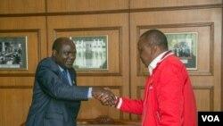 Mwenyekiti wa tume ya IEBC, Wafula Chebukati, asalimiana na rais Uhuru Kenyatta baada ya wawili hao kukutana mjini Nairobi siku ya Jumatatu tarehe 23 mwezi Oktoba, 2017.