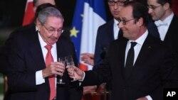 2016年2月1日古巴国务委员会主席劳尔·卡斯特罗(左)和法国总统弗朗索瓦·奥朗德在法国巴黎爱丽舍宫总统府举杯